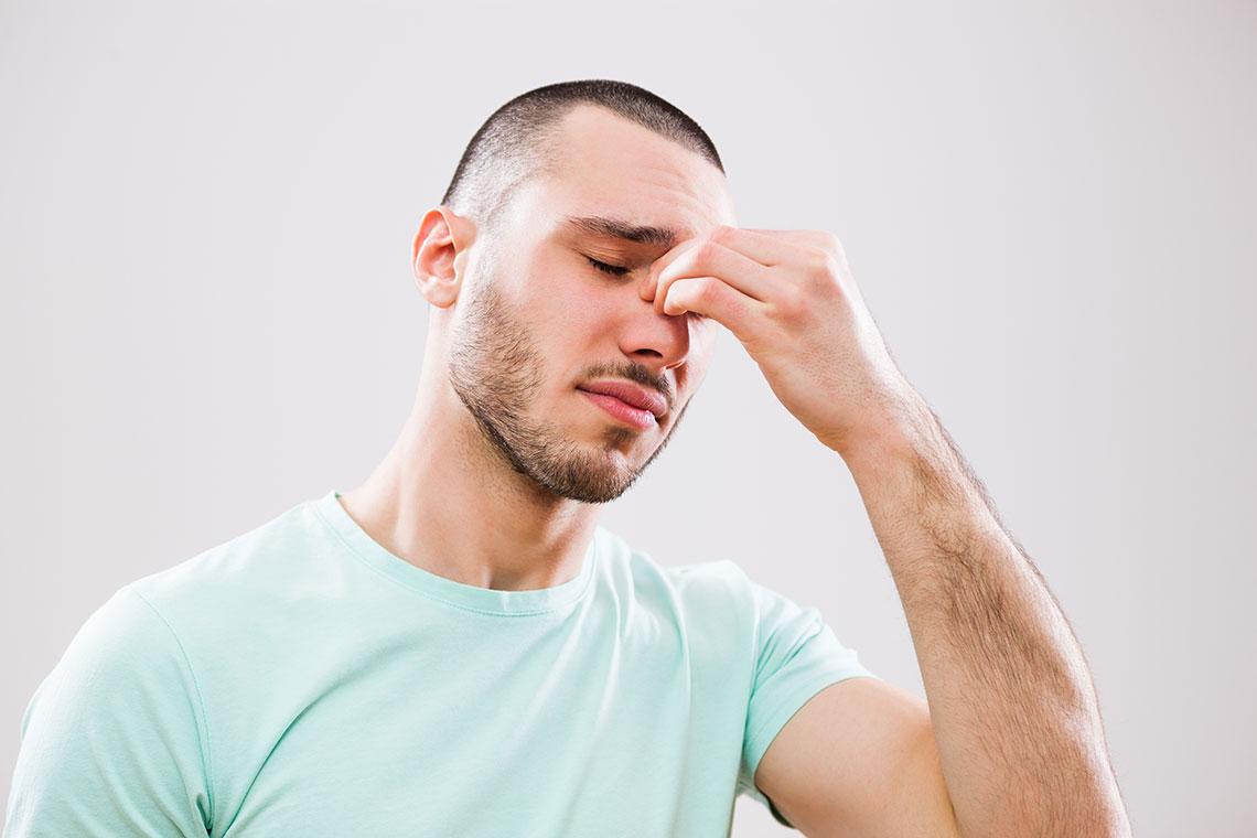 Ragazzo con congestione nasale in atto