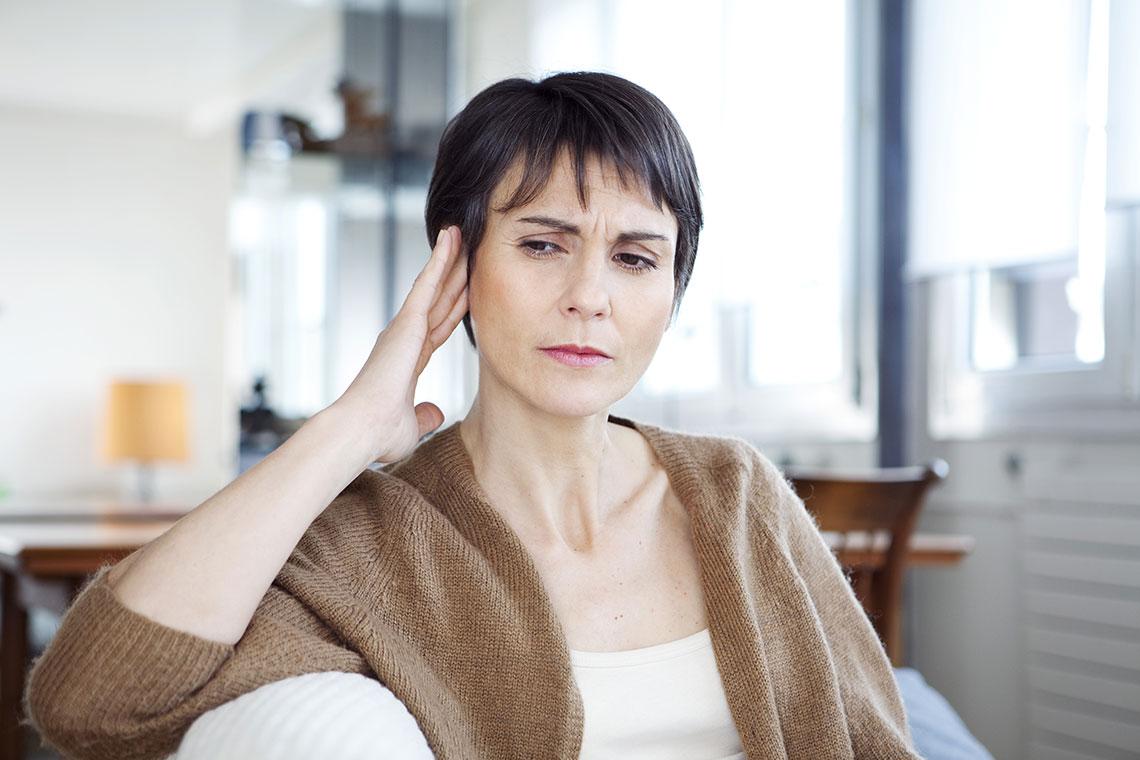 Donna con mal di testa causato dall'otite