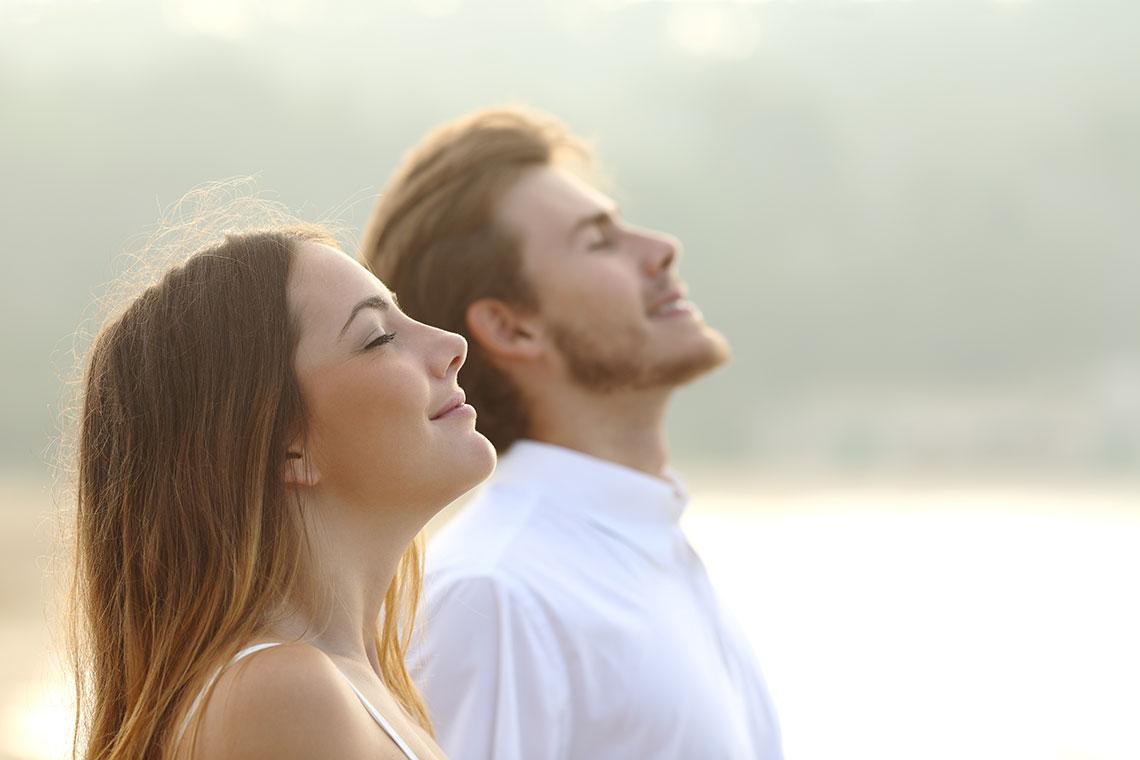 Giovane coppia respira a pieni polmoni