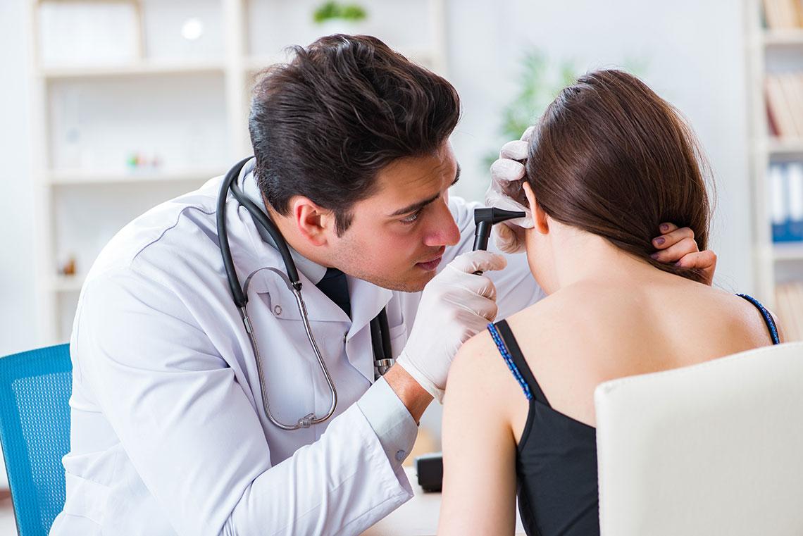 Medico visita paziente con otite